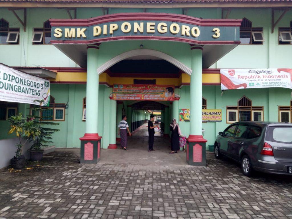 Pintu gerbang SMK Diponegoro 3 Kedungbanteng