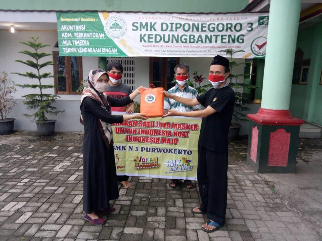 Serah terima masker di SMK Diponegoro 3 Kedungbanteng