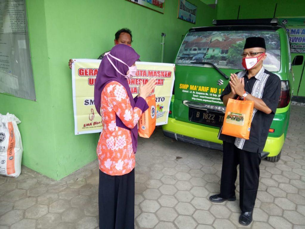 Penyerahan masker di SMP Maarif NU 12 Purwokerto